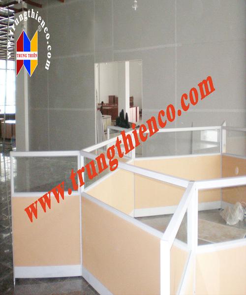 Vách ngăn văn phòng gỗ kết hợp với kính